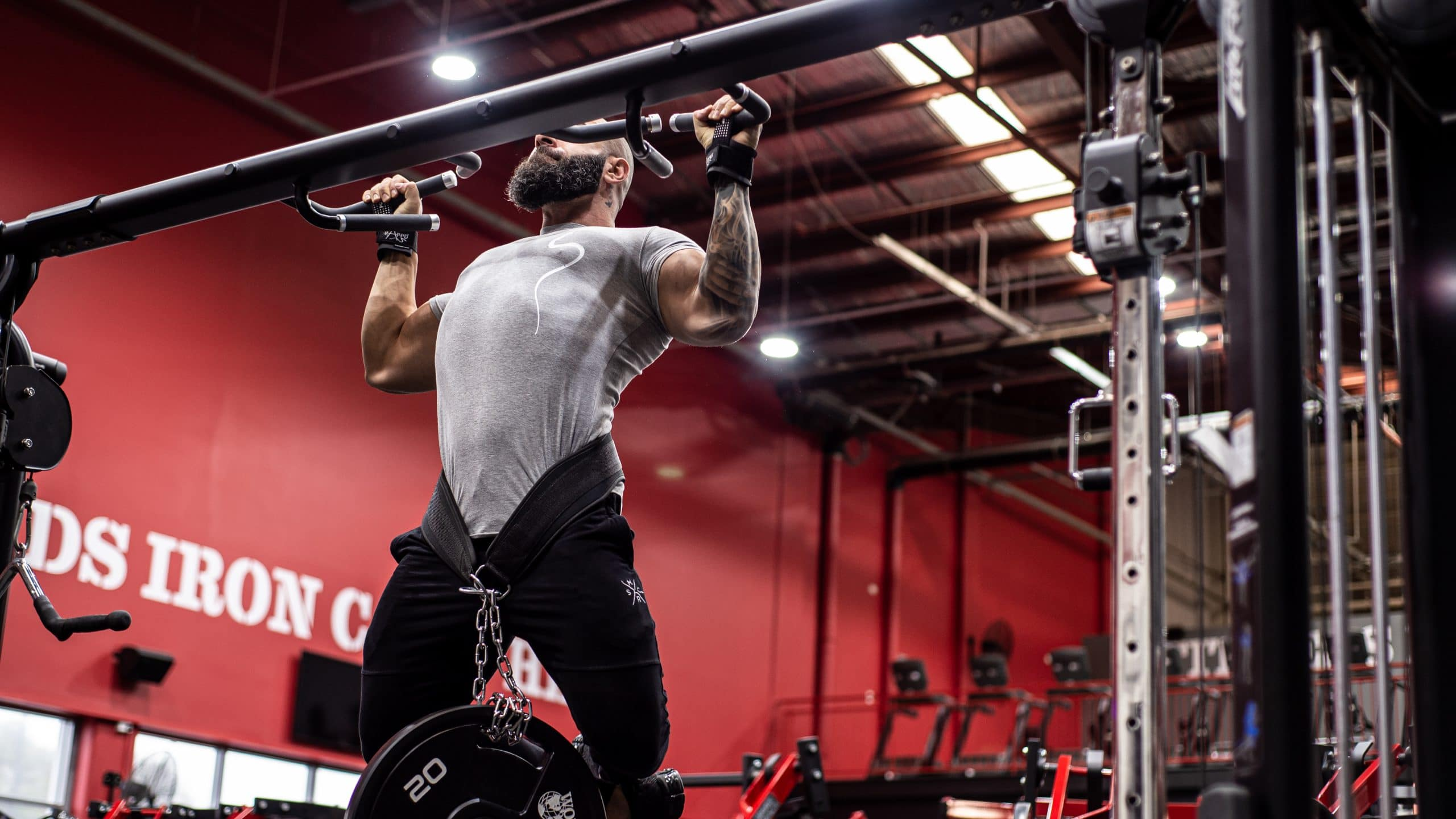 Athlete using rappd dip belt at the gym